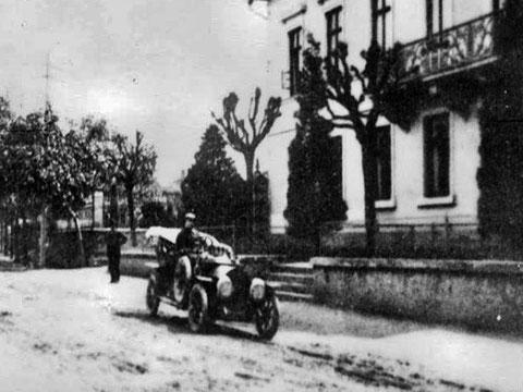 Erstes Automobil in Bad Salzungen (vor dem Krankenhaus) - Quelle P.M. Stein