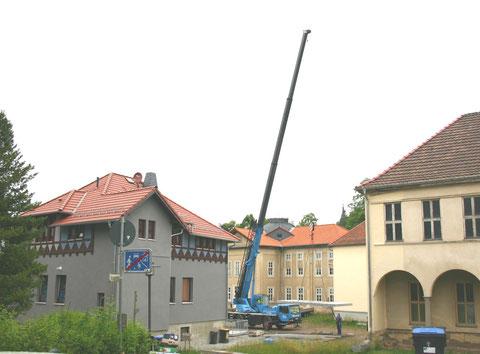 Autokran hebt Elemente für den Balkon an der Ostseite - Juni 2013