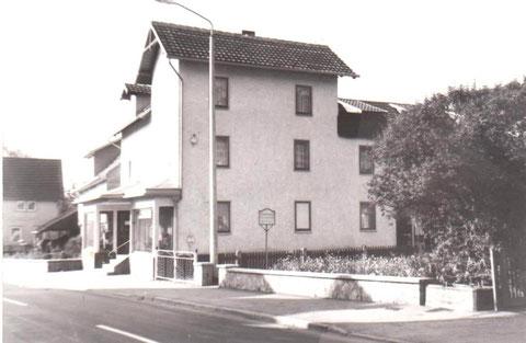 Aufnahme mit Schmiede links und ohne Neubau Gärtnerei Bachmann, aber mit Hölzerbrunnen - Archiv W.Malek