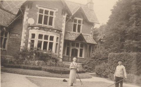 rechts der Vater von Charles Krüger als Gärtnermeister vor der Villa (um 1935) - Quelle Susanne Krüger