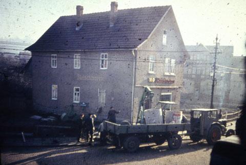 Litfaßsäule neben Fleischerei wurde abgebaut, vermutlich 1960er - Archiv Gunnar Möller