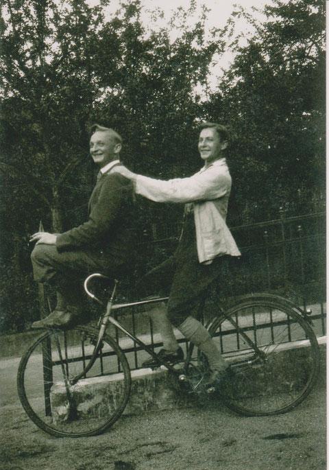 Hans Perlet links und Helmut Hölzer rechts vor Villa Helene um 1928 - Quelle Dr. Henning Frank -
