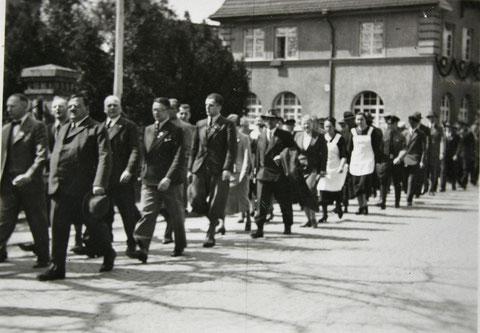 Vor der Einnahme - 1. Mai 1937 - links die Eingangssäule zum Elektrizitätswerk - Archiv W.Malek