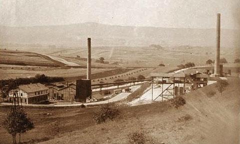 Blick auf das Bergwerk in Richtung Westen, im Hintergrund der Pless - Sammlung Foto Bodenstein