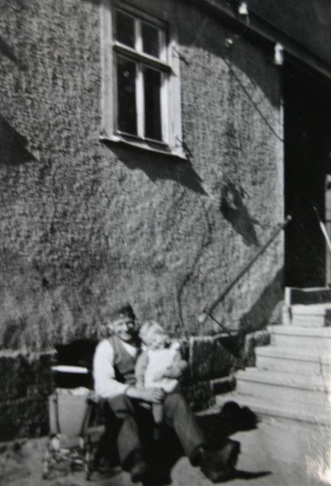 Landarbeiter Reinhold Fink aus Bessarabien mit klein Annerose