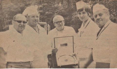Hermann Marx in der Mitte mit dem Pokal - Sammlung Cornelia Rönsch