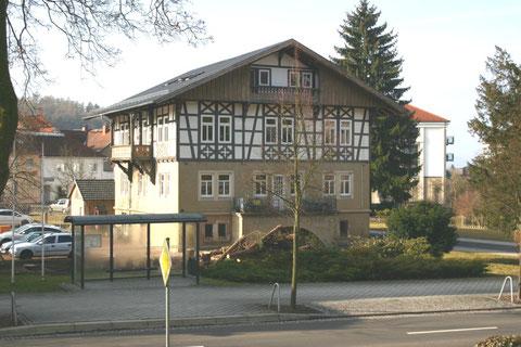 März 2012, durch die Baumfällaktion kommt das Gebäude wieder voll zur Geltung