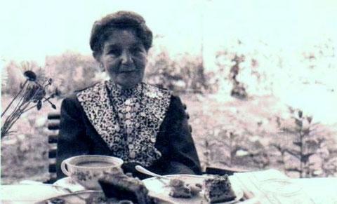 Ida Claus, geborene Trampen am Kaffeetisch im Garten ihres Hauses Auenweg 4 ca. 1960 - Archiv W.Malek