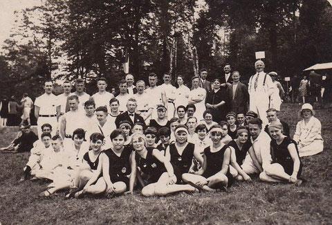Turnverein Germania 1929. Der Herr ganz rechts in weiß - Glasermeister Hugo Leinweber - Sammlung Familie Leinweber