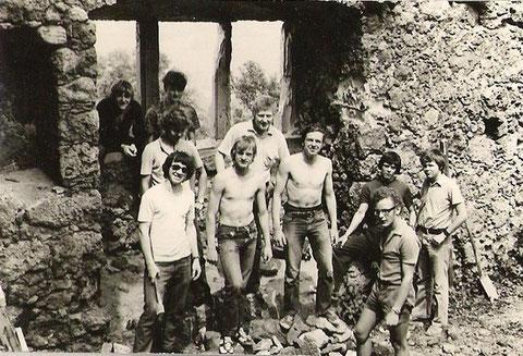 1973/74 wurde unter der Leitung von Walter Lückert der Burgkeller saniert und eine kleine Bühne im Burginnenraum installiert - Jugendfreunde Füssl, Schröder und Bergner u.a. bei der Arbeit