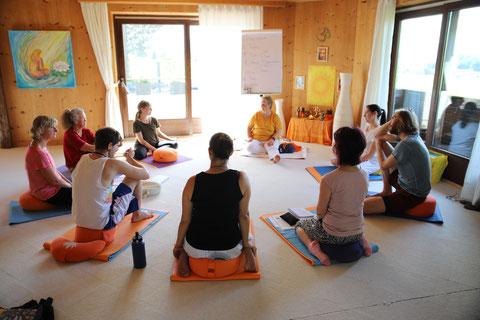 Raja Yoga Unterricht mit Shivakami, einer unserer Gastlehrerinnen