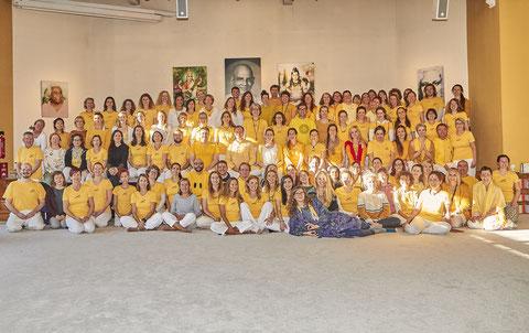 Absolventen/innen aller Yoga Vidya Zentren nach der Abschlusszeremonie in Bad Meinberg