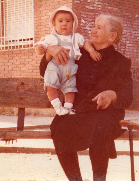 Con la abuela paterna.