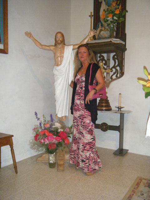 Conchi y el Cristo de la Puebla. F. Merche.