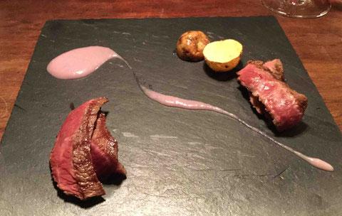 淡路ビーフ(右)と淡路牛(左)紫玉ねぎのソース