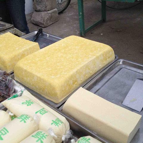 黄色い豆腐は北の、白いのは南の豆腐、とのこと
