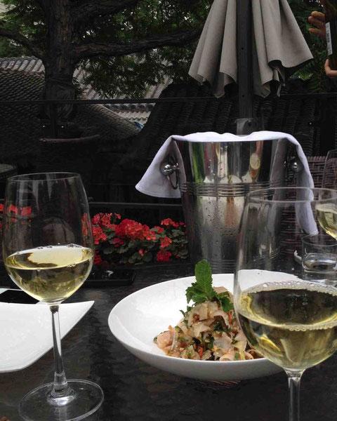 テラス席で昼からワイン