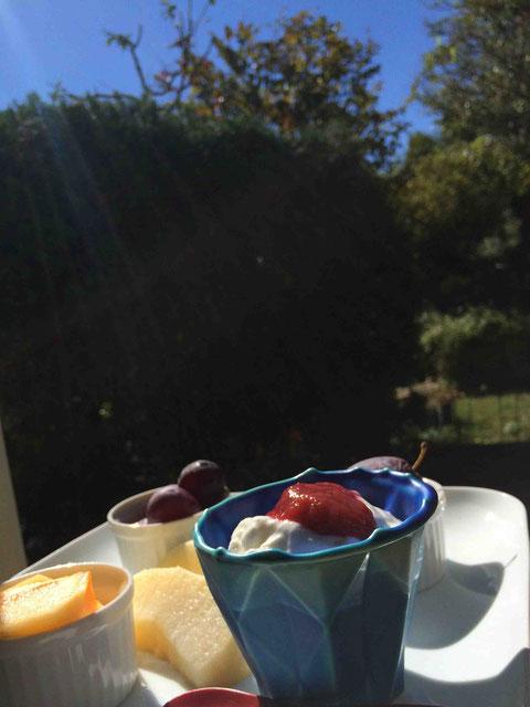 フルーツとヨーグルトだけという朝食も、子どもの弁当づくりから解放されたから可能