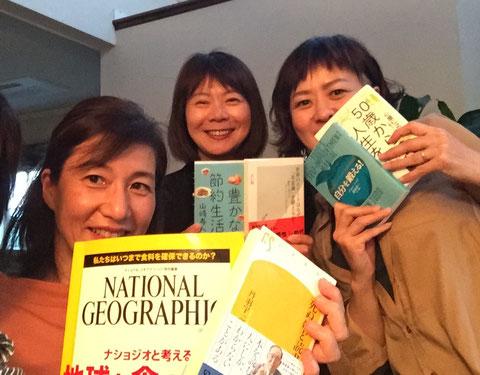 終了後、それぞれが選び読んでみた本を手に。