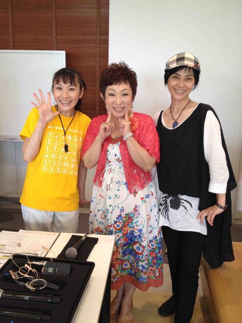 MCの菊田あや子さんと、きよこさんと