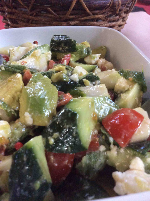 トマト、アボカド、キュウリ、フェタ、ミントのサラダ。