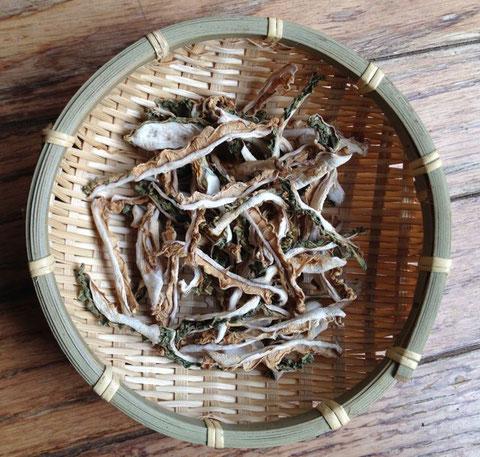 サブタイトル:  昨年夏に作った干しゴーヤ。干すと苦味が薄まるような気が。