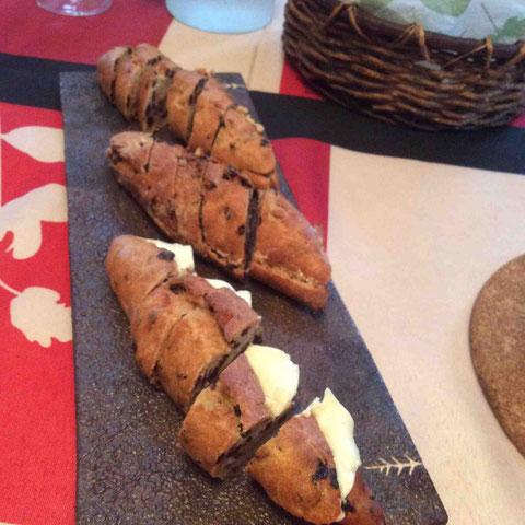 持参してくれたパン。バター入りとレバーペースト入り。プレート:我妻珠美さん作