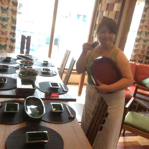 沖縄在住の元同級生の器を持参。皆さんがいらっしゃる前に笑顔でポーズのMAKOさん。