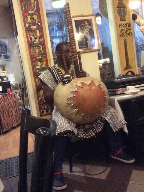 Mamadouさんは、クイーンシーバ@中目黒で毎週金曜夜に演奏している