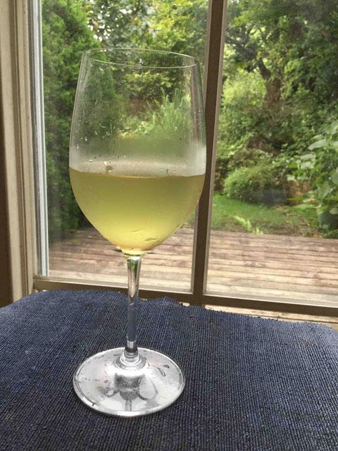 レモングラスティーは爽やかな味わい。そして見かけは白ワイン!