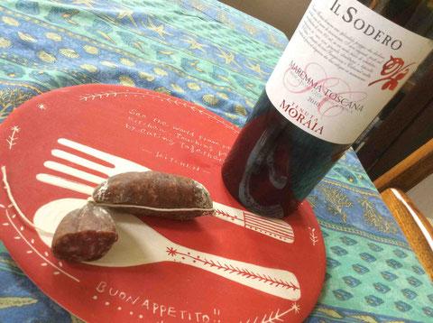 イタリアに長く暮らしていた彼女のおみやげ。トスカーナのマレンマという土地のワイン。マレンマ産というイノシシのサラミとともに