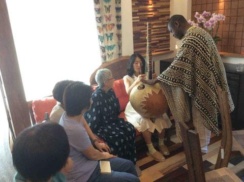 一人一人にKORAを弾かせてくれるMamadouさん。22弦の釣り糸。ヒョウタンと羊の皮で作られているKORA