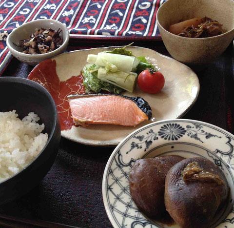 二階堂明弘さんの飯碗、野田里美さんの湯のみ、佐々木明美さんの皿、友人にもらったベトナムコーヒーの器の受け皿、20年前に買い求めた杯