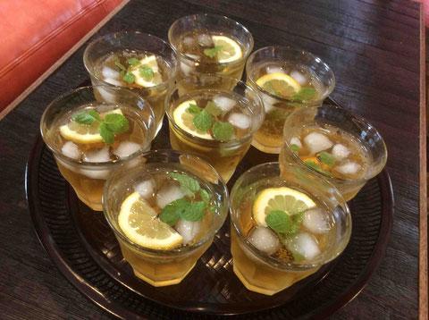 暑い中をお越しいただくのだからとウェルカムドリンク。市販の紅茶を炭酸で割ってレモンとミントを。さっぱり美味しい!