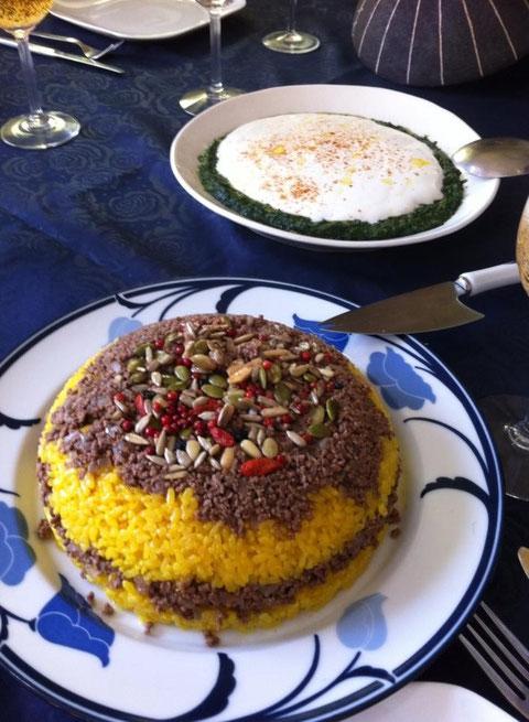 レバノン風のひっくり返しご飯とギリシャ風ほうれんそうのヨーグルトディップ。どちらも20年近く作り続けているウチの味です