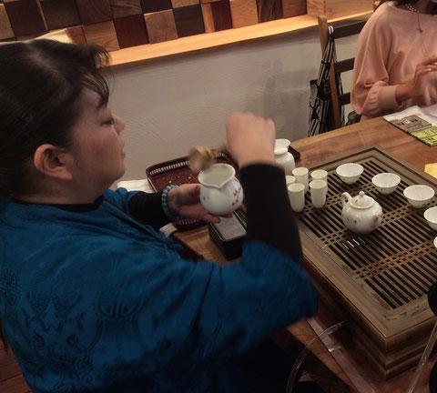 舞いのような美しい動きの茶藝表演