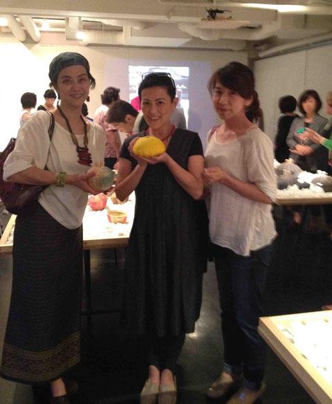 珠美さんの新作土鍋を手に、久しぶり再会のデザイナー、月乃南さんとともに記念写真!
