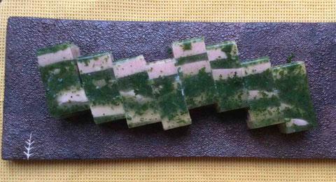 角寒天でつくるジャンボン・ペルシエ(ブルゴーニュの郷土料理)。ハムとパセリを固めている。シードル風味のマスタードを添えて。プレート:我妻珠美さん作