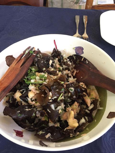 きくらげの食感が魅力のタイ風のツナとカシューナッツのサラダ
