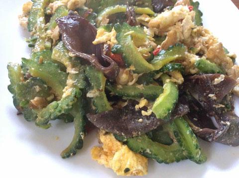 卵、豚肉、生キクラゲと炒めて。ナムプラーと醤油と胡椒で味付け。