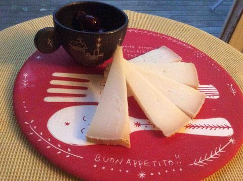 ご持参いただいたチーズ、オッソイラティ。さくらんぼのコンポート添え。プレート:我妻珠美さん作