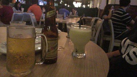 まずはグリーンマンゴージュースで乾杯!