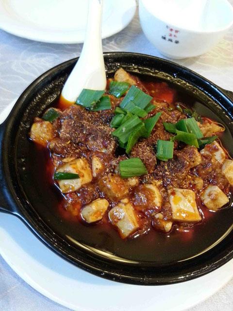 とんがりすぎない味で、深みがあり、まろやかですらある麻婆豆腐。ニラではなくにんにくの葉が本場の流儀。