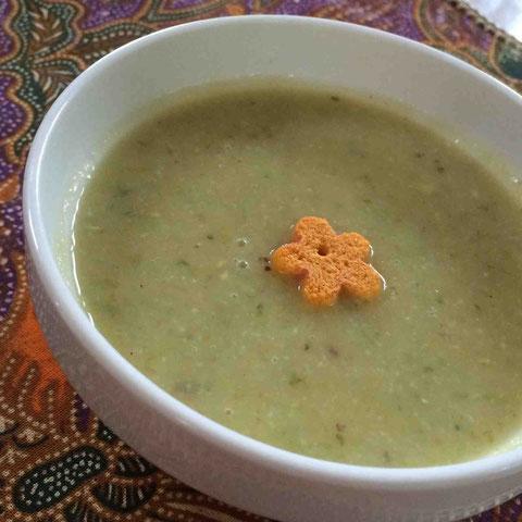 キッチンにあるもので作る、まさに一期一会スープ。トッピングは金沢みやげのお麩