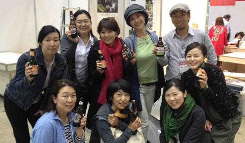 終了後は世界のビールで乾杯!全員が米粉伝導師状態でした!ありがと〜う!(右上はなた豆茶を世界に売り込んでいる小山さん)