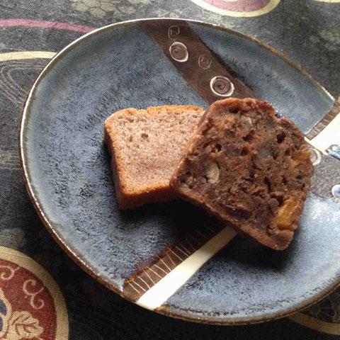 デザート二種。古代米の赤米を使ったバター餅(実はこれ黒米バージョンが来月下旬から東京駅のある店で発売予定)とチョコと小豆のケーキ
