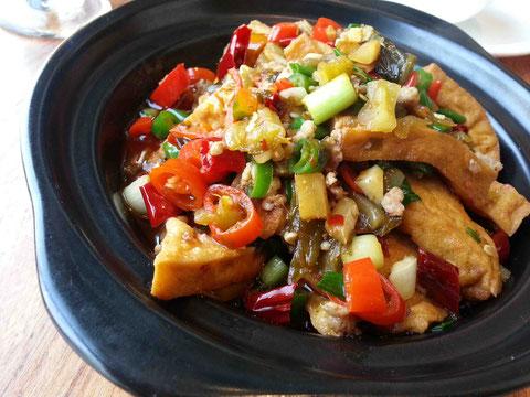 厚揚げを、唐辛子類と漬け物とともに蒸し上げた料理。ご飯が進む