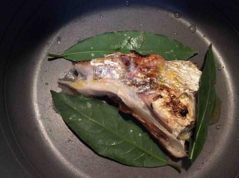 真鯛のカマの塩焼きの残りを庭のベイリーフと白ワインとオリーブオイルとともに蒸して温めます