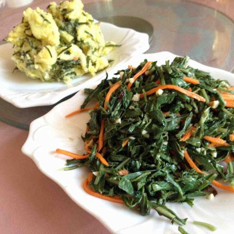 苦菜の和えもの(手前)と莎葱土豆泥。莎葱のシャキシャキした食感がいい