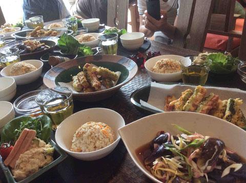 ボリュームたっぷり!中華料理中心のおいしい食卓!ゴーヤとスパムのフライとまりませんw。